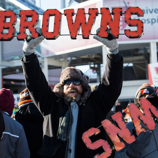 Cleveland Browns fans hold parade for the team's 0-16 season